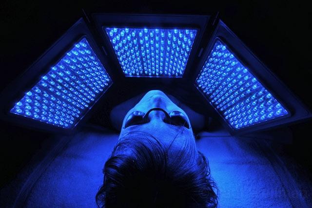 Tratamento com aparelho que emite luz de LED